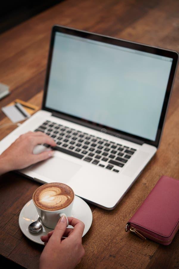 Commençant jour avec le cappuccino photos stock