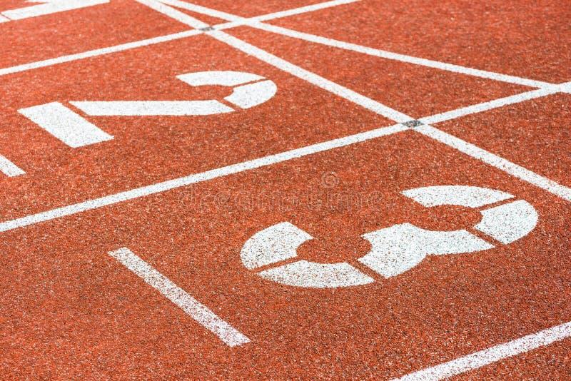 Commencer des nombres de voie courante dans le stade de sports image libre de droits