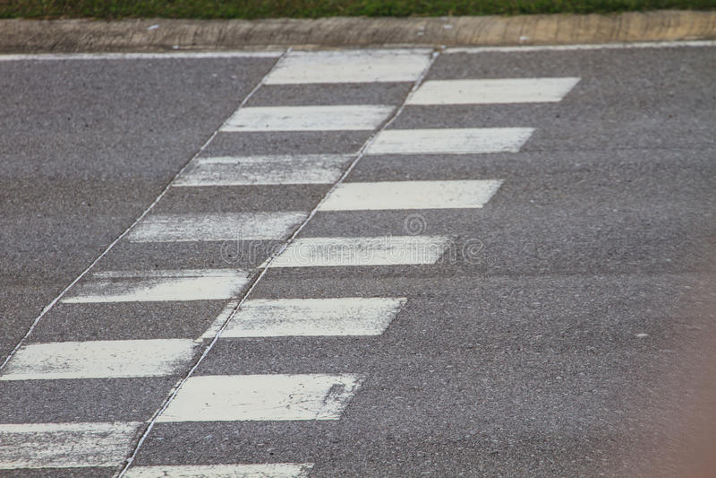 Commencez et finissez la ligne asphalte de course de moteur photos libres de droits