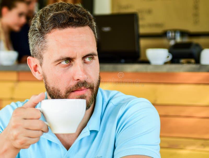 Commencez jour avec la grande tasse de café Le visage sérieux barbu d'homme a besoin de la charge d'énergie Fond traditionnel de  photos stock