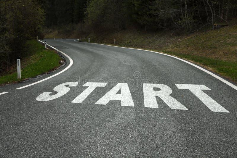 Commencez le message sur la route de campagne d'asphalte photos stock