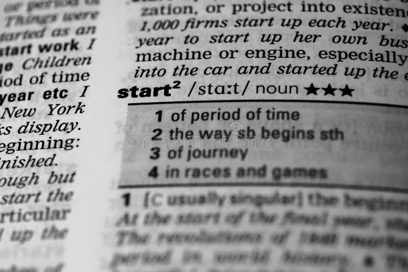 'Commencez' le mot en dictionnaire photo stock