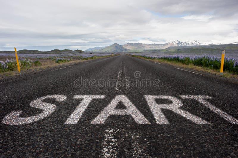 Commencez le mot peint sur l'asphalte photos stock