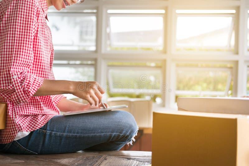Commencez le petit entrepreneur travailler avec le comprimé numérique au wor image libre de droits