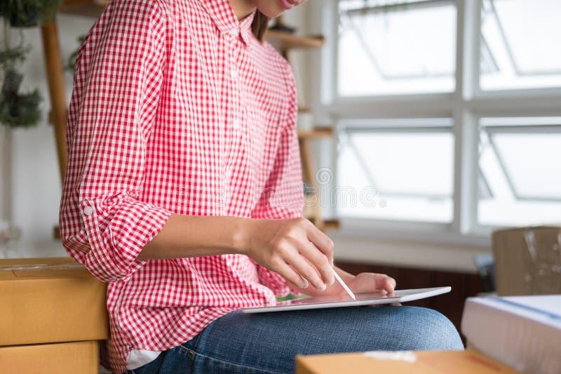 Commencez le petit entrepreneur travailler avec le comprimé numérique au wor image stock