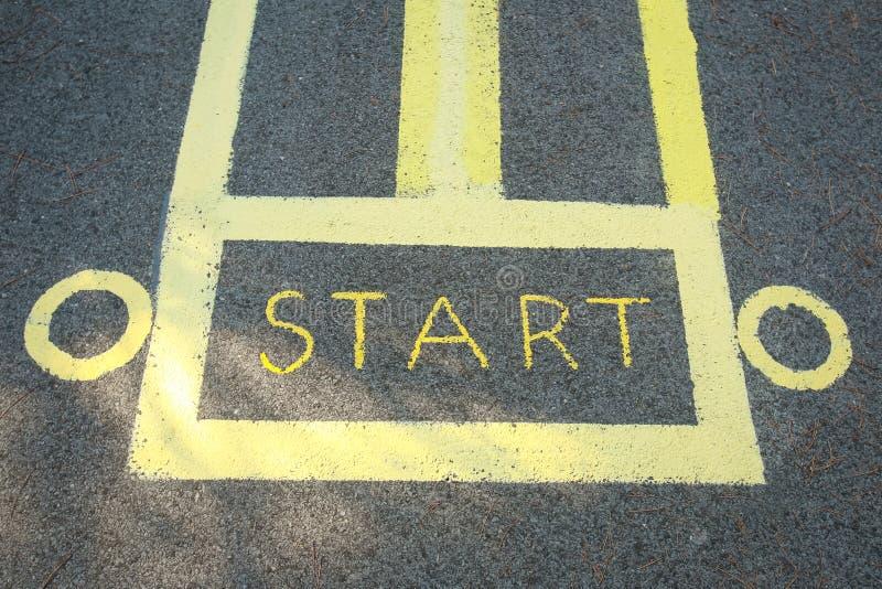 Commencez le signe peint sur la route photos libres de droits