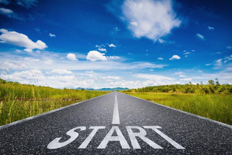 Commencez le texte sur la longue route avec le champ vert et le ciel bleu illustration de vecteur