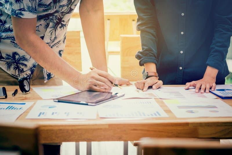 Commencez les collègues d'équipe d'affaires rencontrer la stratégie de planification anale images libres de droits