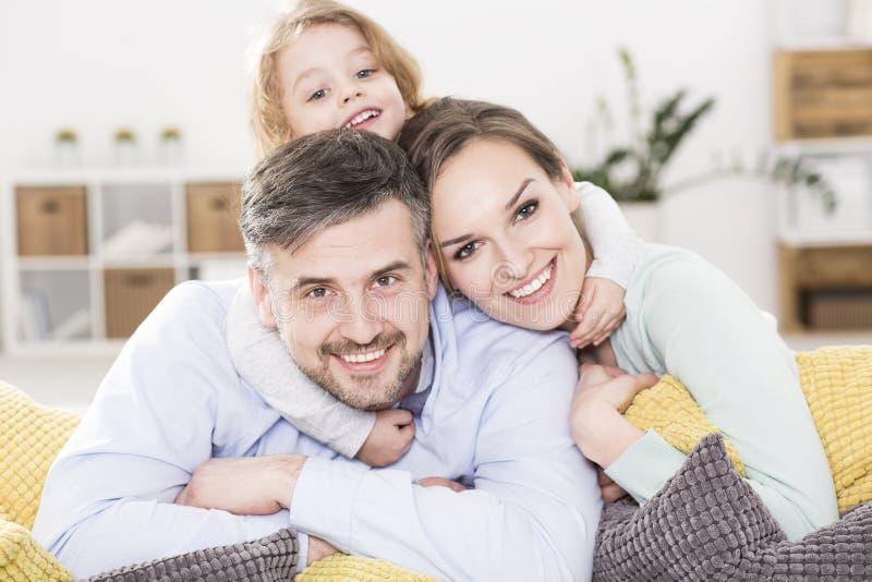Comment adapter ensemble le puzzle que la famille crée photographie stock