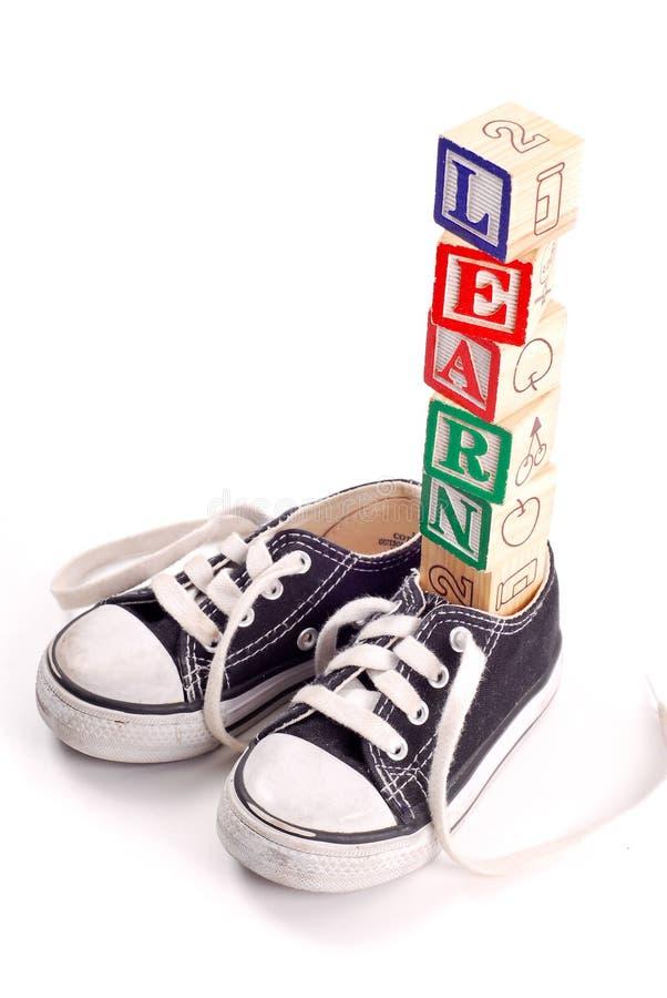 Comment attacher ceux lacets de chaussure photo stock