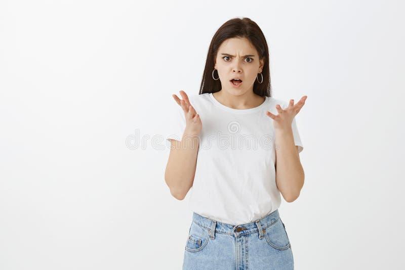 Comment avez osé vous Portrait de femelle européenne déçue fâchée avec les cheveux foncés dans les jeans et le T-shirt à la mode, image stock