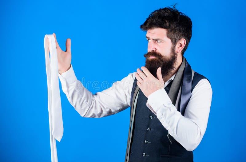 Comment choisir le lien En s'habillant dans la cravate de costume ajoutez souvent le tiret de la saveur ? l'?quipement global Pri image stock