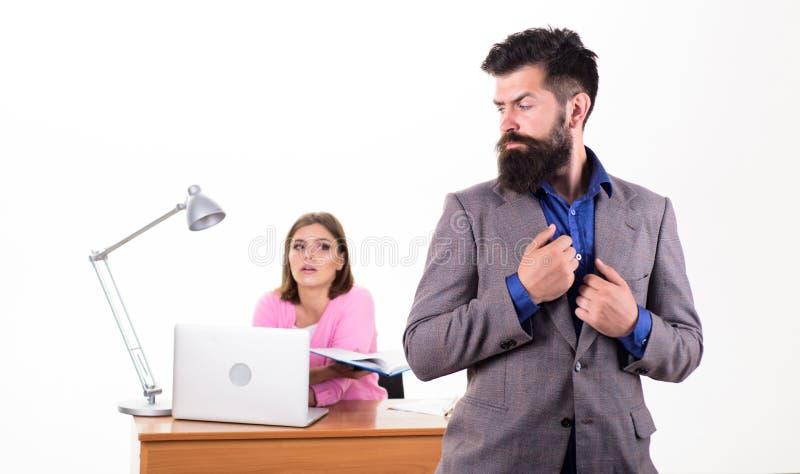 Comment contenir le désir sexuel d'un collègue Concept collectif de bureau Collaboration Le patron se tient devant image libre de droits