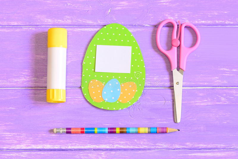 Comment faire la carte de voeux d'oeuf de pâques opération instruction Idée de cadeau de papier de Pâques d'enfants Vue supérieur photos libres de droits