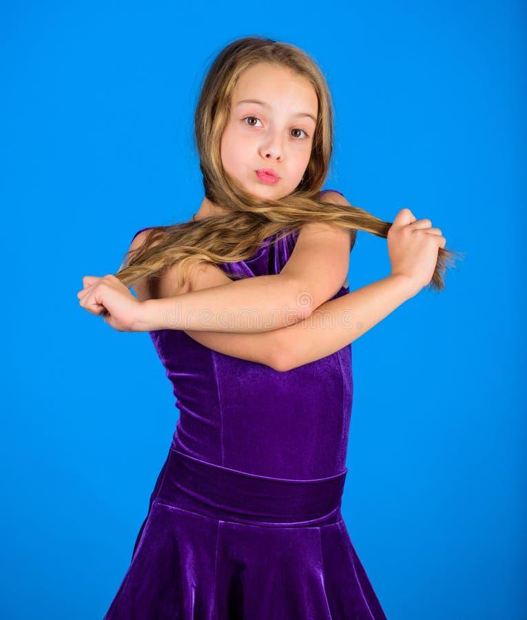 Comment faire la coiffure rangée pour l'enfant Les choses que vous avez besoin savent la coiffure de danse de salle de bal Coiffu photographie stock