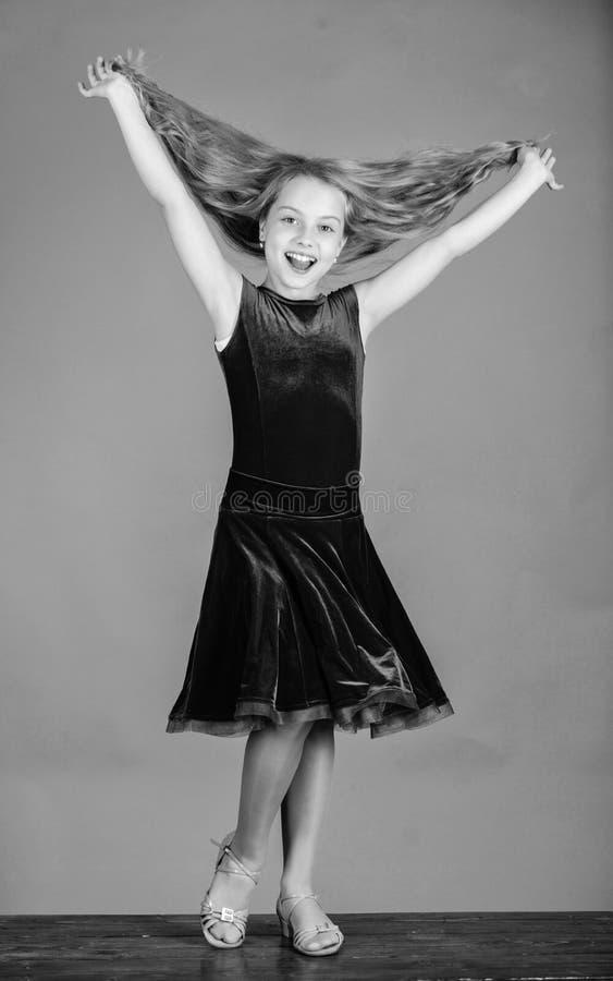 Comment faire la coiffure rang?e pour l'enfant Les choses que vous avez besoin savent la coiffure de danse de salle de bal Coiffu image stock