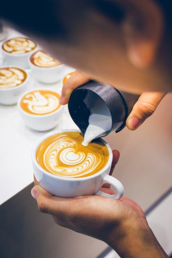 Comment faire le café d'art de latte par barman images libres de droits