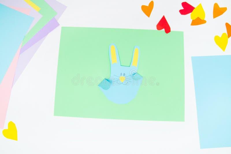 Comment faire le lapin de papier pour des salutations et l'amusement de Pâques Projet d'art d'enfants Concept de DIY Les mains d' photographie stock