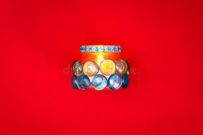Comment faire votre propre chandelier à partir du verre inutile ou des cailloux en plastique et en verre Point par point Décor d' image stock
