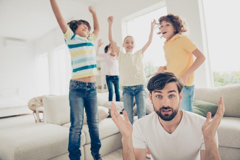 Comment les calmer en bas du jeune père pose des questions de la préadolescence et photo libre de droits