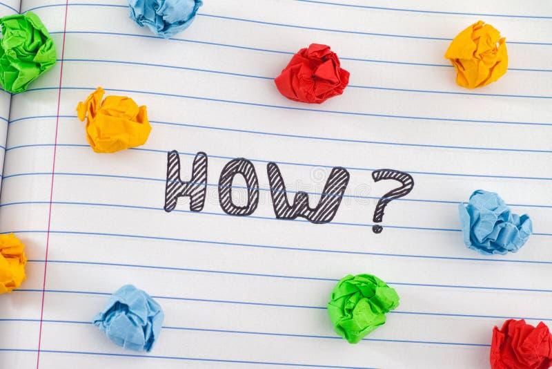 Comment question sur la feuille de carnet avec quelques boules de papier chiffonnées colorées autour de elle photo libre de droits