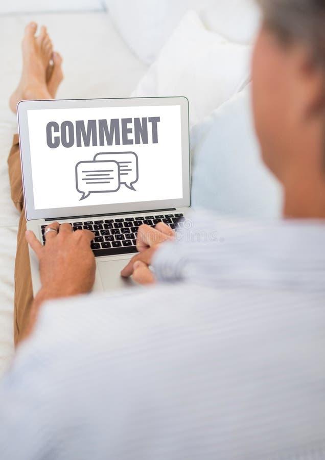 Commentaartekst en praatje grafisch op laptop het scherm met handen van mens het ontspannen royalty-vrije illustratie