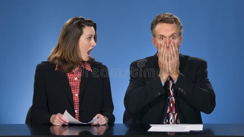 Commentatori del notiziario colpiti. fotografie stock