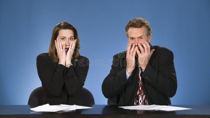 Commentatori del notiziario fatti sussultare. immagine stock libera da diritti