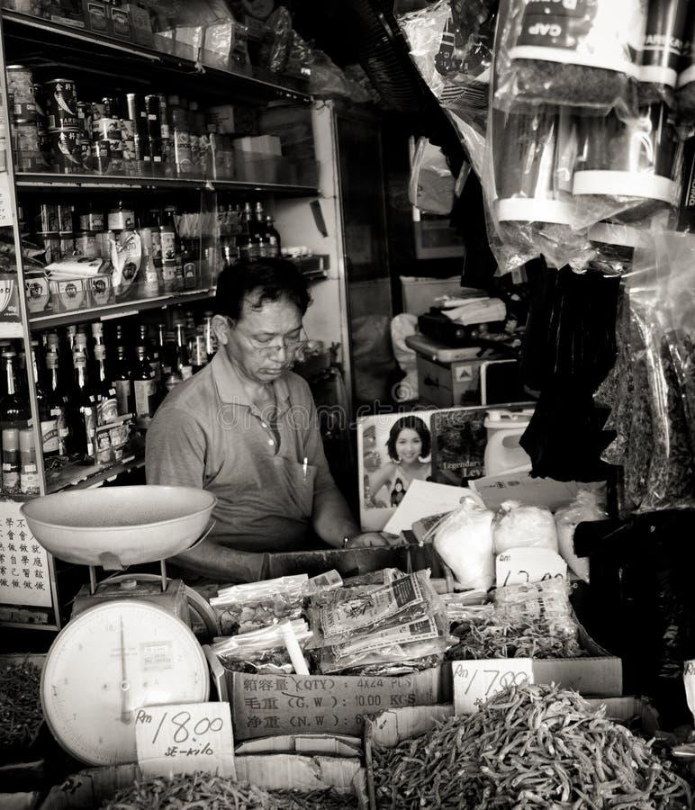 Commerçant chinois et son épicerie générale dans la ville de Kuching, Malaisie images libres de droits