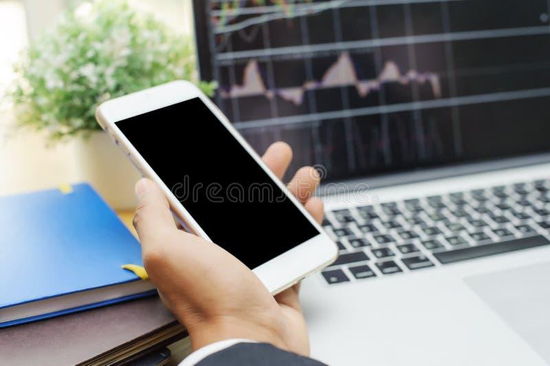 Commerçant courant de forex travaillant au téléphone portable photo libre de droits