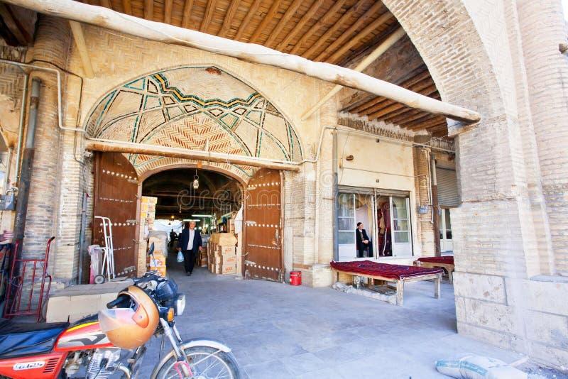 Commerçant de bazar persan attendant les clients à l'intérieur du marché de coverd images libres de droits
