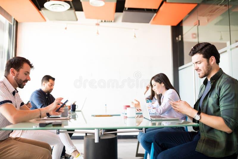 Commerciële die groep met telefoons van vergadering wordt afgeleid stock afbeeldingen