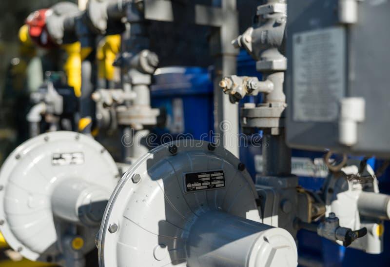 Commerciële gasmeters en aardgaspijpen stock afbeelding