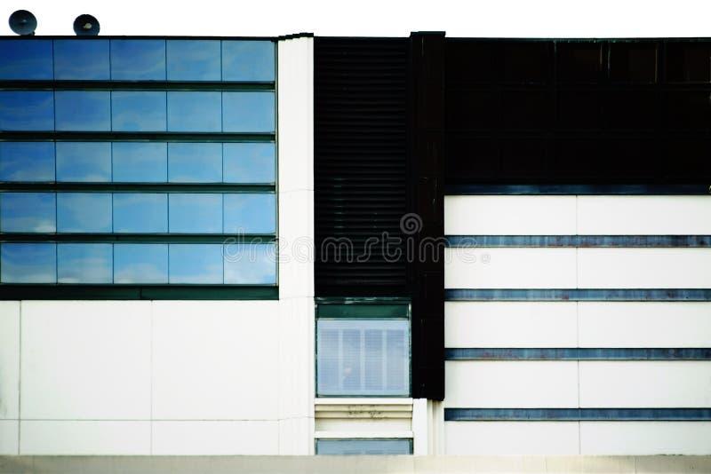 Commerciële gebouwen met wolkenbezinningen stock afbeeldingen