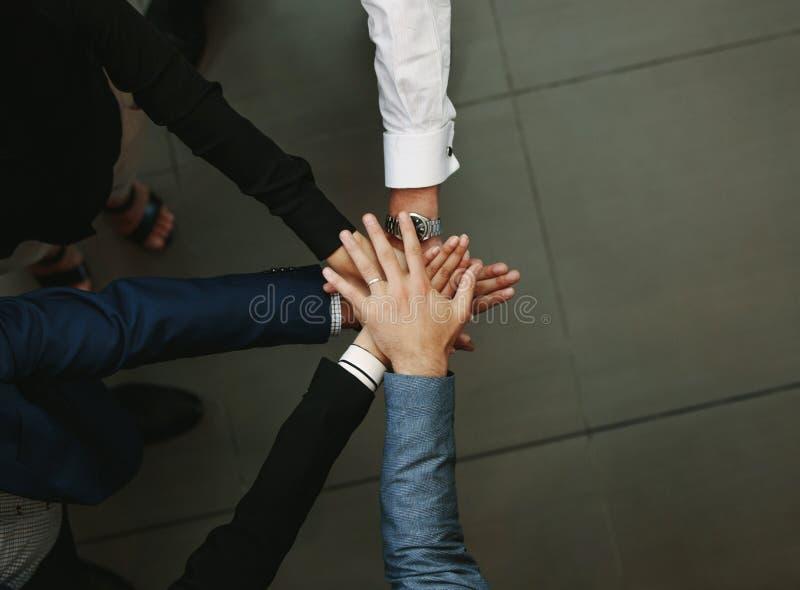 Commerciële groep die handen samenbrengen stock fotografie
