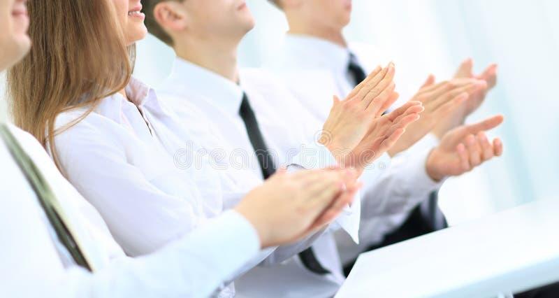 Commerciële groep die mensen handen slaan tijdens een vergadering royalty-vrije stock afbeelding