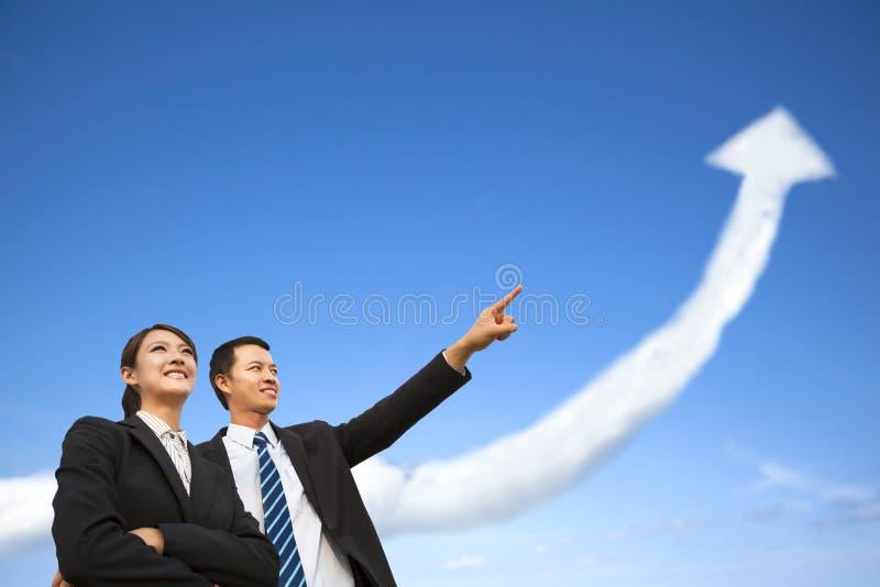 Commerciële groep die op de het groeien grafiekwolk letten royalty-vrije stock foto