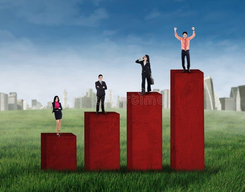 Commerciële groep die zich op bedrijfsgrafiek bevinden stock illustratie