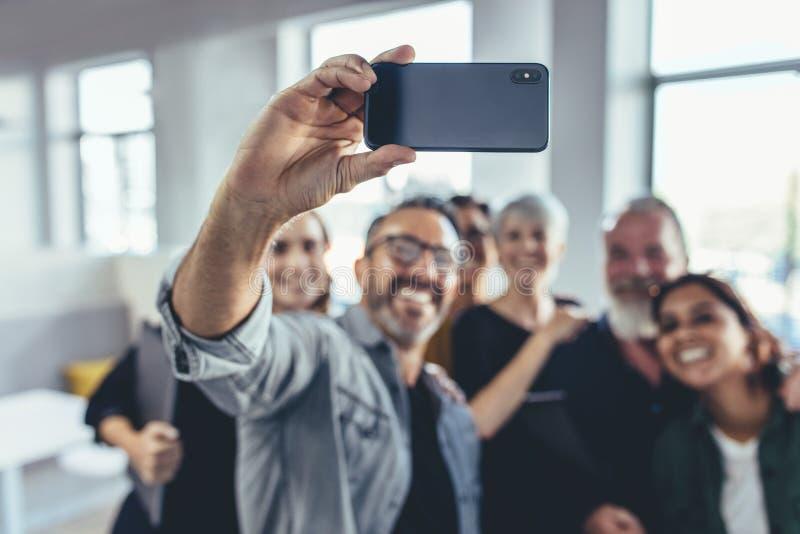 Commerciële groep selfie stock foto