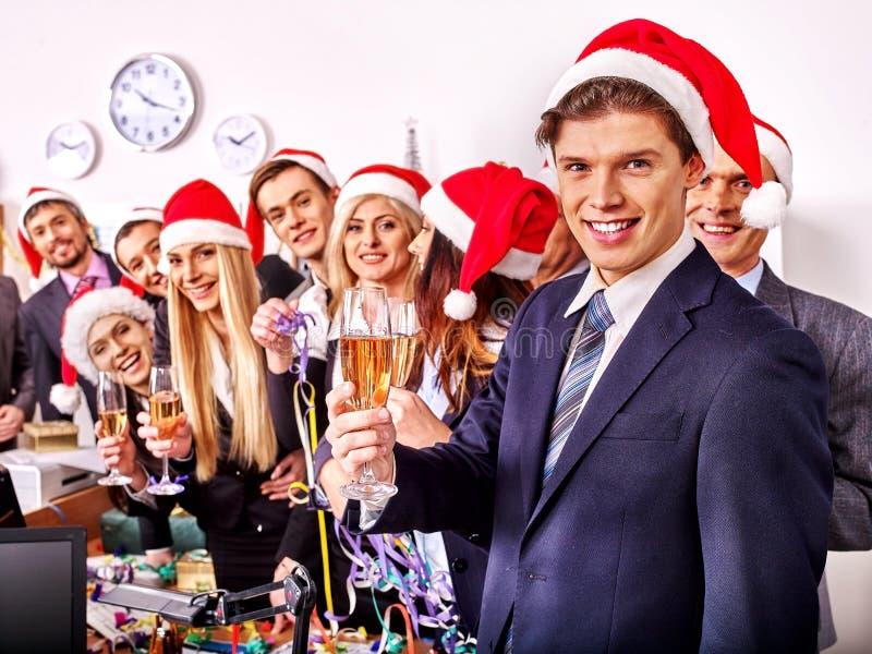 Commerciële groepsmensen in santahoed bij Kerstmispartij stock fotografie