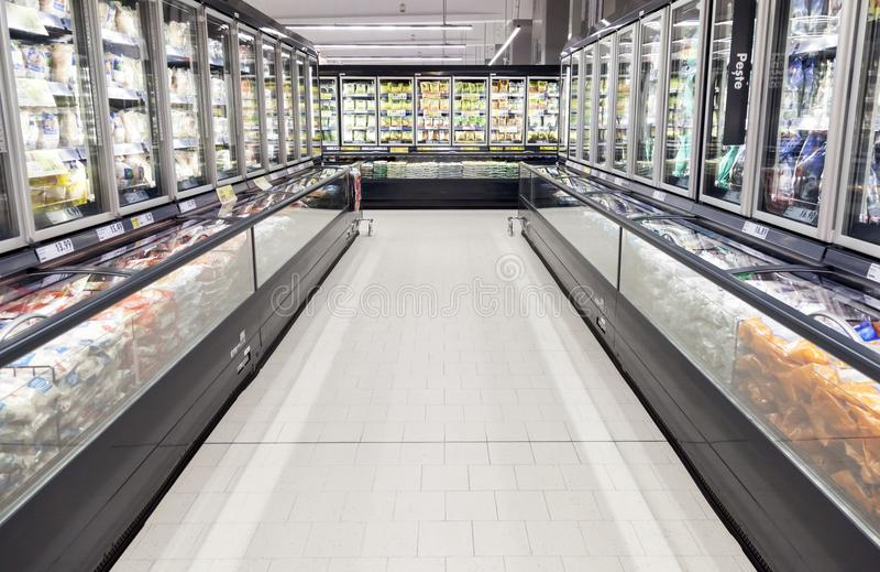 Commerciële ijskasten in een grote supermarkt stock afbeelding