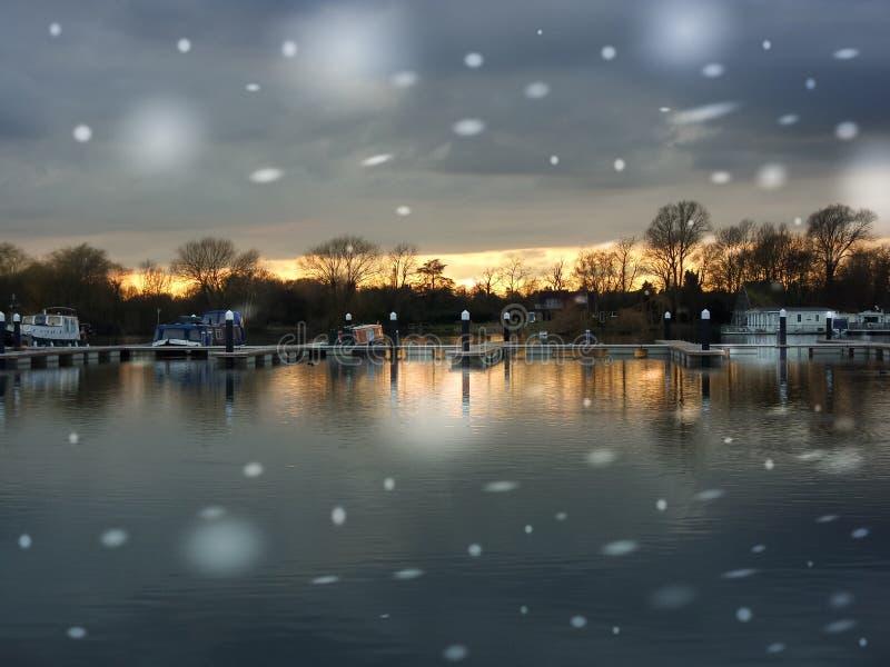 Commerciële Jachthaven in de winter met sneeuw royalty-vrije stock fotografie