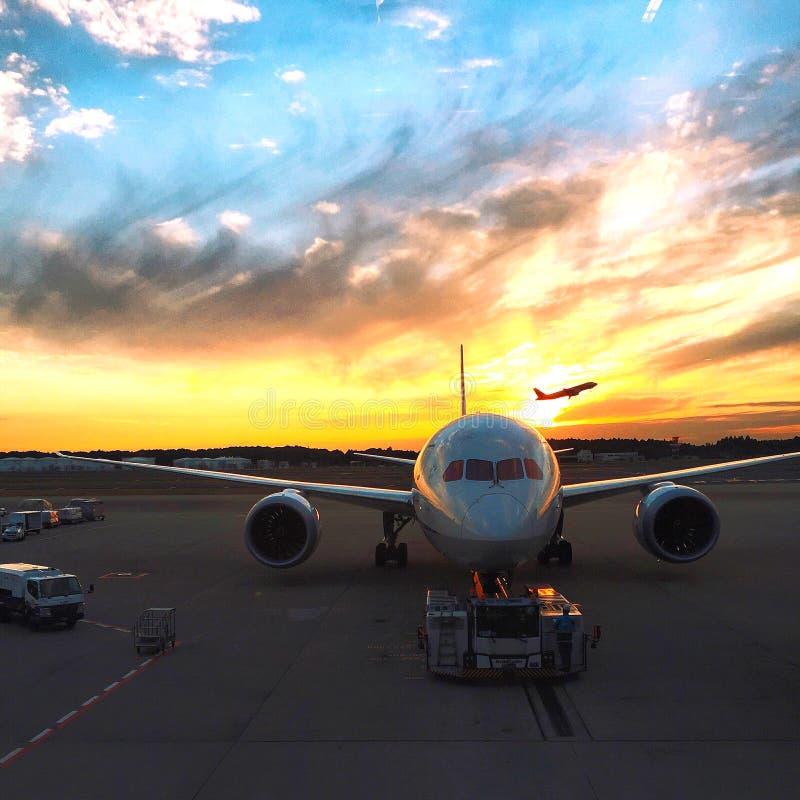 Commerciële Jet Taking Off bij Narita Luchthaven royalty-vrije stock foto