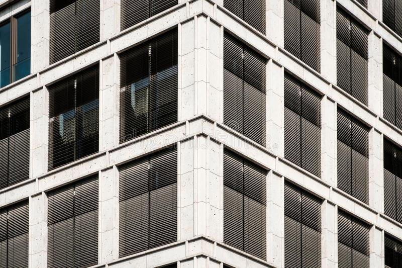Commerciële onroerende goederenvoorgevel - de moderne bureaubouw stock afbeelding