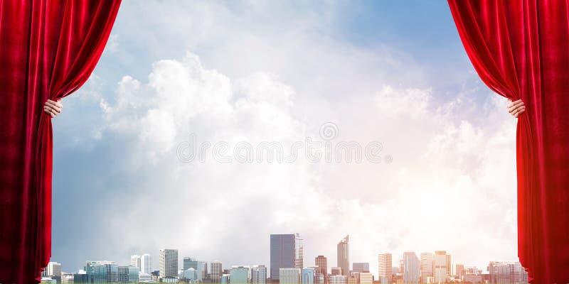 Commerciële stad achter rode gordijn en handholding het stock afbeelding