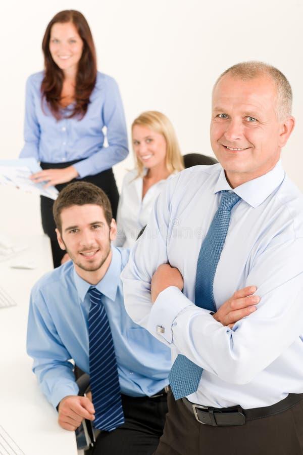 Commerciële team hogere manager met gelukkige collega's royalty-vrije stock foto