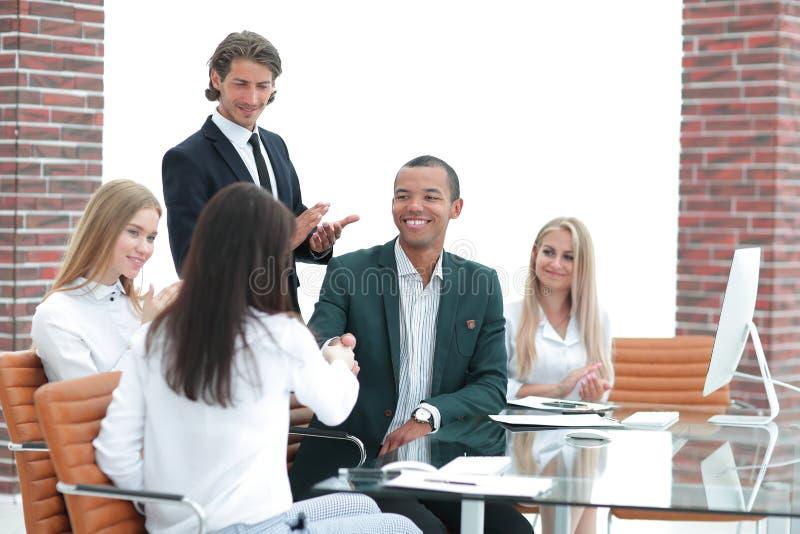 Commerciële team toejuichende partners na het ondertekenen van het contract royalty-vrije stock foto