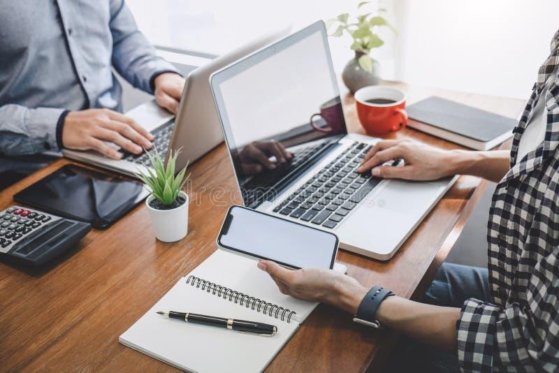 Commerciële team toevallige samenwerking die het werk analyse bespreken met financiële gegevens en de marketing van de grafiek va stock afbeeldingen
