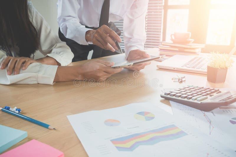 Commerciële teamadviseur die financiële cijfers analyseren stock fotografie