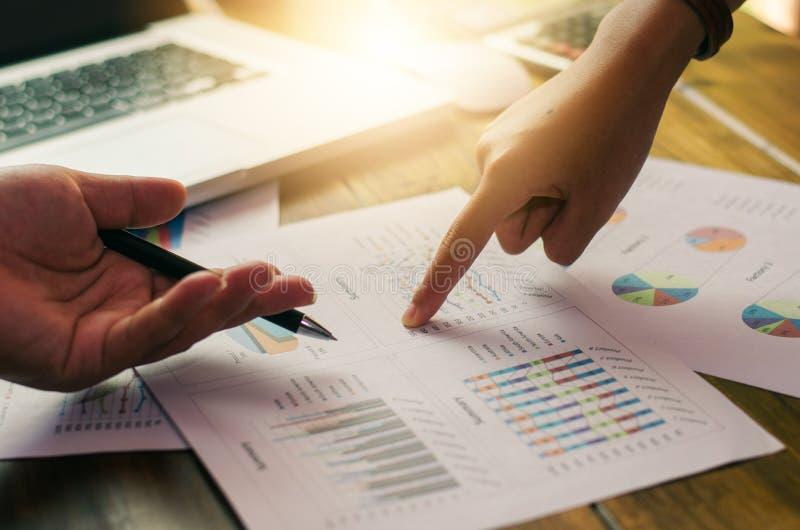 Commerciële teamanalyse met financiële grafiek op kantoor royalty-vrije stock foto's